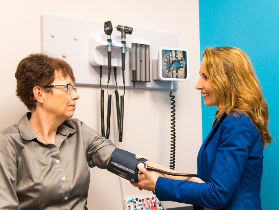 Dr.-Gosia-seeing-a-patient